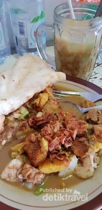 Rujak Soto Mbok Mbret salah satu kuliner khas Banyuwangi ditemani secangkir Dawet Ayu.Nikmat!