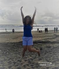 Berkunjung ke Pantai Padma Legian untuk menikmati senja.