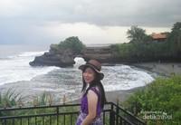Menikmati senja di Pura Agung Tanah Lot ditemani ombak pantai