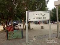 Salah satu papan tanda nama distrik Misfalah