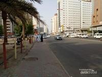 Jalanan di Misfalah, terlihat lengang di pagi hari.