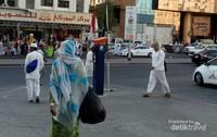 Salah satu halte pemberhentian bus shalawat di Misfalah, ditandai dengan bendera Merah Putih dan bendera Arab Saudi.