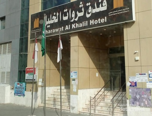 Di masing-masing hotel diberi nomor. Jamaah lebih familiar dengan nomor hotel dibanding dengan nama hotel.