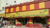 Salah satu gerai kuliner khas Arab Saudi. Letaknya di antara hotel-hotel yang ditempati jamaah haji Indonesia.