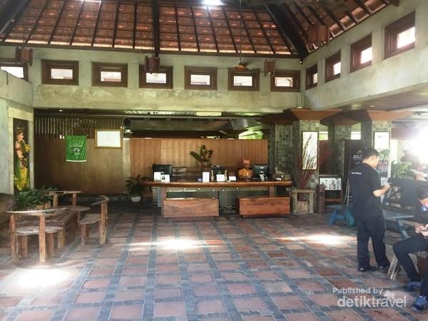 Suasana meja resepsionis yang siap menyambut para tamu untuk menginap di Hotel Ketapang Indah
