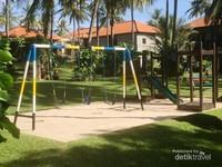 Tempat main untuk anak anak berpasir putih, serasa di tepi pantai