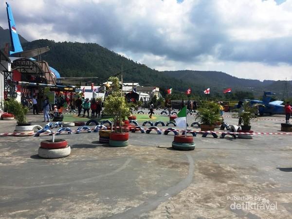 Suasana Lapangan Terbuka dengan latar belakang pegunungan yang asri dan sejuk