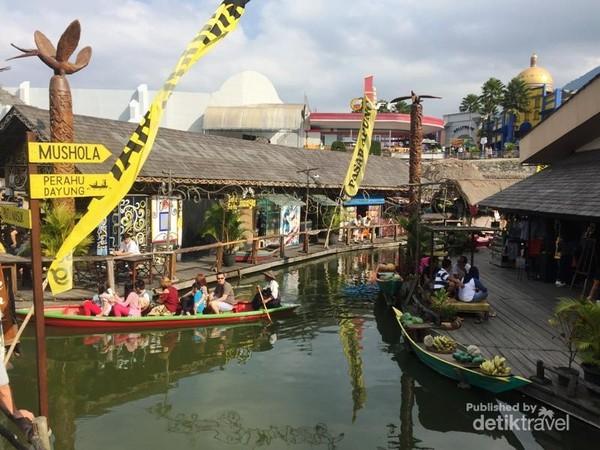 Suasana Pasar Apung yang menyajikan berbagai panganan untuk bersantai dan makan siang