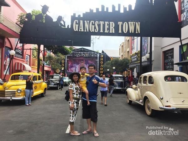 Berfoto sejenak bersama keluarga mengabadikan momen unik di Gangster Town lengkap dengan mobil mobil kuno nya