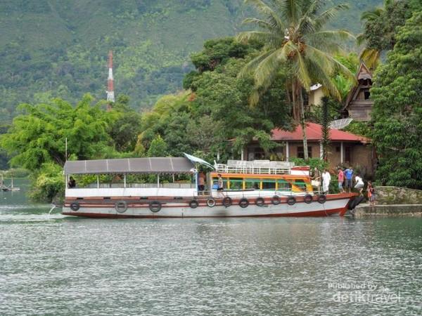 Kapal yang membawa penumpang dari Parapat menuju Tuk Tuk di Pulau Samosir