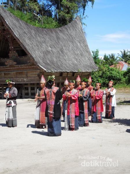 Pertunjukan tari tradisional Batak di Kampung Simanindo