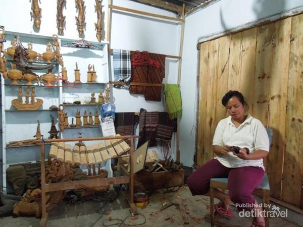 Mengunjungi perajin cinderamata khas Batak