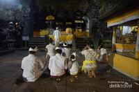 Sebuah keluarga sedang melanjutkan ibadah pasca Upacara Nyegara Gunung.