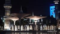 Masjid Jameek, saat malam. Bangunan satu lantai yang tidak terlalu luas, namun memiliki halaman yang sangat luas. berdekatan dengan Stasiun MRT Masjid Jameek.