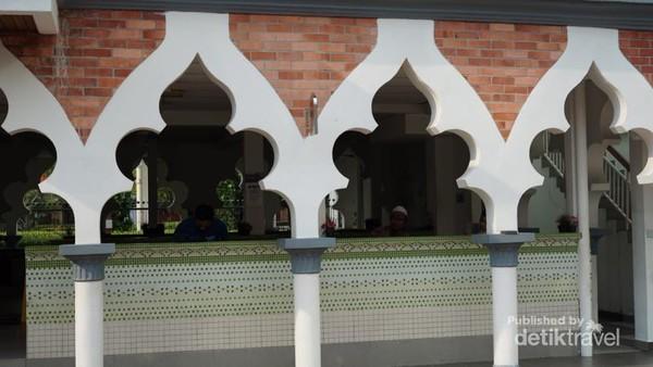 Ornamen masjid yang unik dan khas, dikombinasi denna warna bata merah yang original. merry bata yang kuat dan putih yang bersih