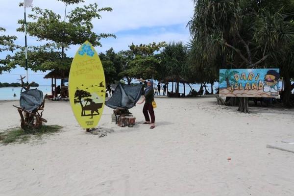 Di sekitar pintu masuk Pantai Pasir Perawan