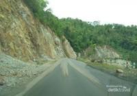 Waspada terhadap tanah longsor karena sepanjang perjalanan Pacitan-Ponorogo, di sisi kiri banyak tebing batu yang ada potensi longsor khususnya saat musim penghujan