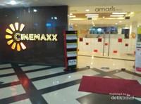 Bioskop yang bersebelahan dengan Hotel, di dalam kompleks Mall, sehingga jika setelah menonton bioskop atau berbelanja di Mall, hingga larut malam bisa langsung tidur di Hotel yang bersebelahan. Tidak banyak tempat yang seunik ini, salah satunya ada di Ponorogo. Hotel, Bioskop dan Mall di satu lokasi...
