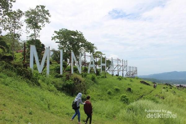 Pemandangan perbukitan yang hijau di lokasi wisata kaki dian yang terletak di Airmadidi Atas.