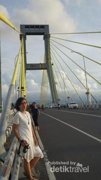 Jembatan Soekarno merupakan ikon kota Manado , dengan panjang sekitar 1,127 m , jembatan ini ramai dikunjungi saat hari menjelang sore hingga malam hari dimana saat malam tiba jembatan akan dihiasi lampu berwarna-warni.