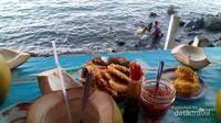 Menikmati sepiring pisang goreng sambil menikmati sore di pantai malalayang adalah salah satu hal yang harus dicoba pengunjung , makanan nikmat dan suasana yang menyenangkan merupakan perpaduan pas untuk menutup hari.