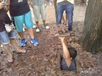 Ini salah satu bentuk atau cara rakyat Vietnam bersembunyi sekaligus pintu keluar masuk trowongan rahasia