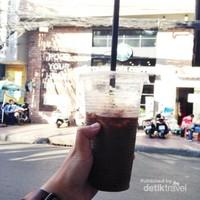 Walaupun belinya di kedai pinggir jalan, rasanya nggak kalah sama rasa kopi buatan kafe