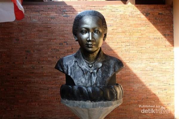 Patung wajah R.A.Kartini di depan Museum