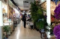 Suasana di dalam JJ Mall, di dalam Mall ini terdapat beberapa gerai restoran  fast food, namun mereka belum tersertifikasi halal.