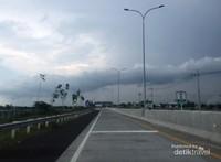 Situasi jalan di Kilometer Nol dari arah Probolinggo menuju Pasuruan atau Surabaya