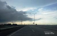 Situasi di jalan Tol Probolinggo Pasuruan terlihat lenggang yang mulai diselimuti awan gelap