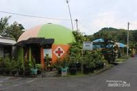Salah satu rumah dome yang difungsikan sebagai pusat kesehatan desa.