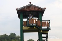 Pengunjung dapat menaiki menara pandang untuk menikmati pemandangan dengan lebih leluasa.