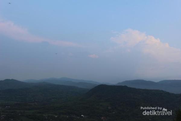 Beginilah pemandangan yang terhampar dari bukit , saat cuaca cerah pemandangannya akan lebih indah lagi.