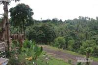 Pemandangan perbukitan yang tersaji di Rumah Alam Manado Adventure Park.