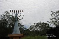 Inilah Kaki Dian yang memiliki tinggi 19 m dengan 7 cabang lampu di bagian ujung menara.