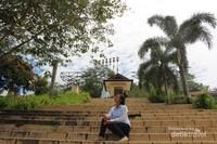 Anak tangga yang akan membawa pengunjung mendekati lokasi menara Kaki Dian.