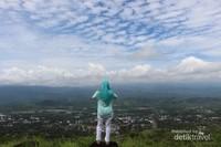 Saat cuaca cerah dari tempat ini kita bisa melihat Kota Manado dari kejauhan.