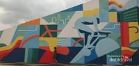 Terdapat mural yang instagramable di salah satu bagian velodrome.
