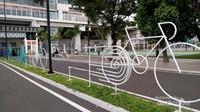Di sekitar velodrome juga dilengkapi taman yang saat sore hari nampak dimanfaatkan penduduk sekitar.