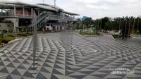 Tidak jauh dari velodrome terdapat sarana transportasi umum yang memudahkan pengunjung untuk datang ke sini.