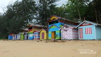 Rumah warna-warni yang begitu menarik jadi tempat berfoto dan bersantai di pantai.