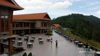 Di lokasi ini terdapat restoran besar dengan pemandangan danau yang indah.