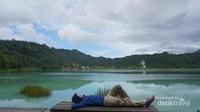 Bersantai di pinggir danau.