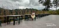 Di sekitar danau terdapat rumah makan cukup besar  dengan pemandangan danau yang indah.