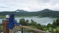 Menikmati keindahan danau dari kejauhan.