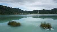 Permukaan air danau yang tenang.