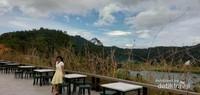 Saat hari libur tiba tempat ini akan dipenuhi pengunjung yang datang untuk menikmati keindahan danau.