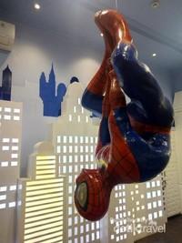 Traveler bisa bertemu spiderman juga lho.