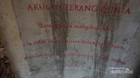 Tulisan yang terdapat di atap lorong pada akhir jalan salib medekati Gua Maria.